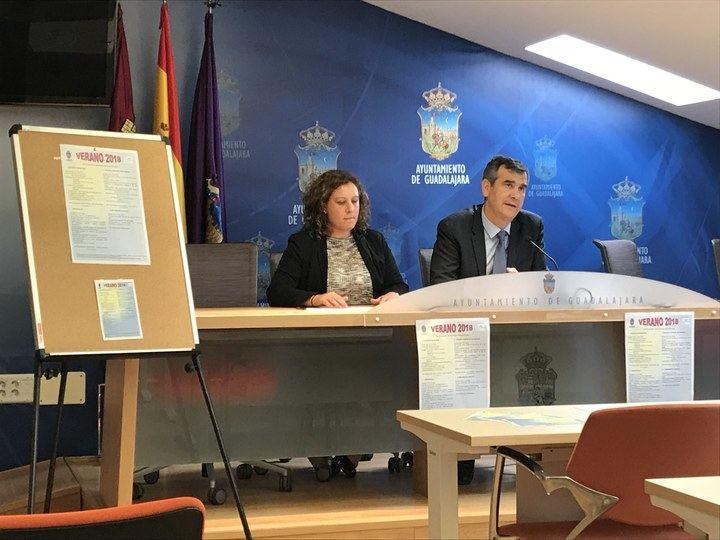 Román presenta los programas diseñados por el Ayuntamiento para favorecer la conciliación durante este verano