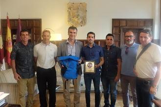 El alcalde agradece al Club Triatlón Guadalajara el esfuerzo realizado para organizar el XXXIII Triatlón de Guadalajara