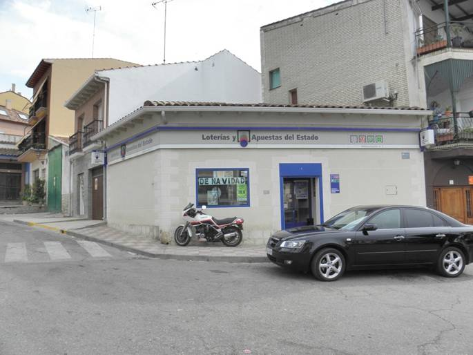 Un boleto de primera categoría de la Bonoloto es sellado en Mondéjar