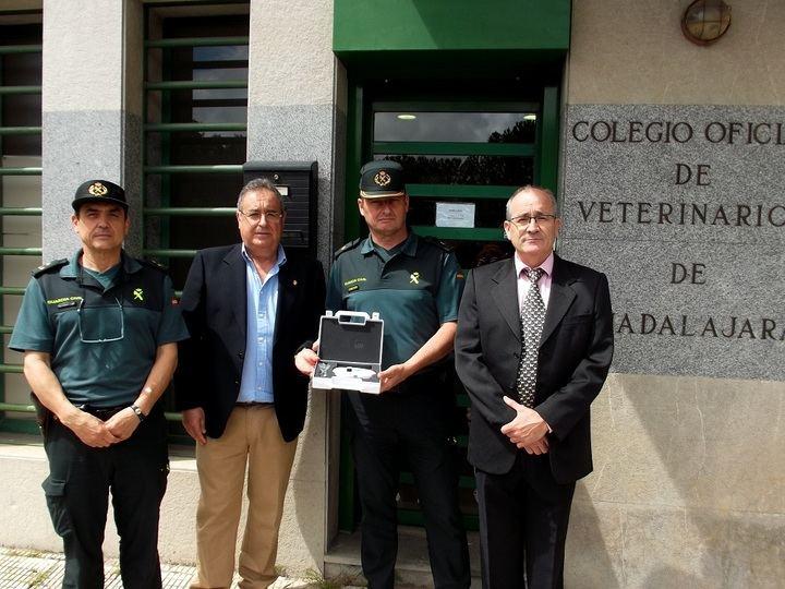 El Colegio de Veterinarios de Guadalajara entrega dos lectores de microchip a la Guardia Civil