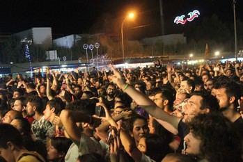 El grupo La Raíz abarrota el recinto Ferial de Cabanillas en la noche de la luna roja