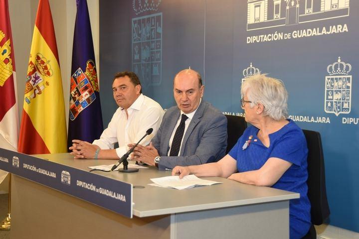 El presidente de la Diputación firma un convenio con Cruz Roja para financiar un programa de atención de necesidades básicas