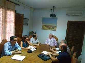 El diputado de Obras explica el proyecto de mejora de la carretera de El Casar a los responsables del Ayuntamiento