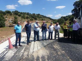 La Diputación trabaja en la carretera de Alcolea del Pinar a Villaverde del Ducado ensanchando la vía y mejorando el firme