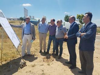 José Manuel Latre conoce sobre el terreno la reforma de la carretera de Horche cuyas obras empezarán este verano