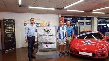 Guille Atance firma por el Hogar Alcarreño