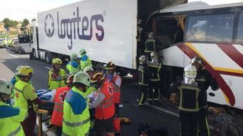 Muere un conductor de autobús tras colisionar con un camión en un accidente múltiple en la M50 con la A2