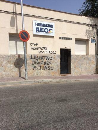 Simpatizantes de los agresores de Alsasua amenazan a la Asociación de la Guardia Civil con pintadas en su sede
