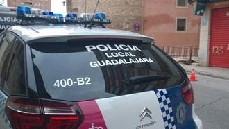 Se sale de la carretera, choca contra una farola y una señal de tráfico y es detenido en la calle González de Mendoza de Guadalajara