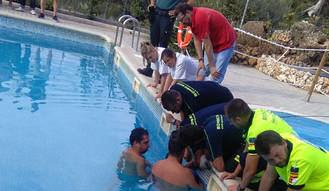 Los bomberos liberan a un niño que se quedó atrapado por el brazo en una piscina de Horche