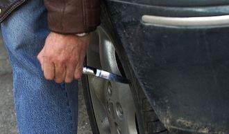 """Pincha las ruedas de un furgoneta por estar aparcada """"demasiado cerca"""" de su vehículo"""