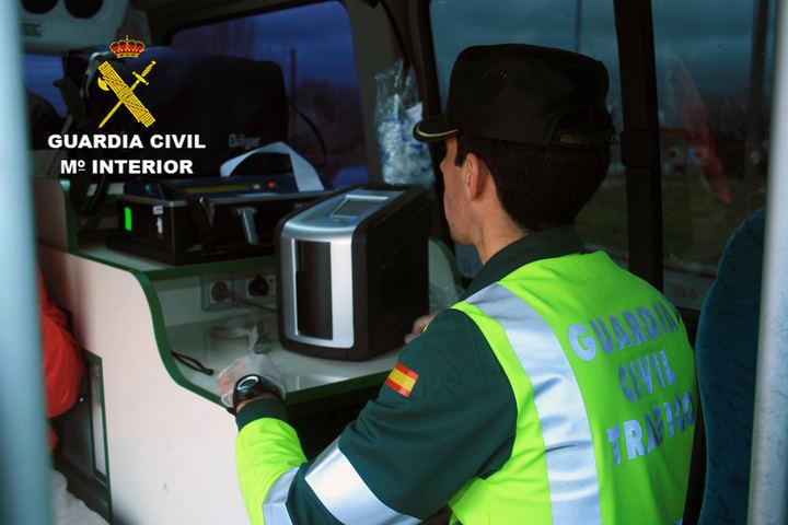 Un conductor vuelca su camión en Guadalajara y luego descubren que sextuplicaba la tasa de alcohol permitida