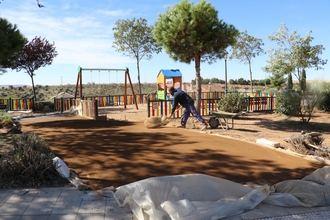 En marcha obras de mejora en parques y pavimentación de la urbanización Los Enebros de Quer