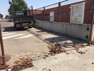 Los maestros de Villanueva de la Torre han vuelto 'al cole' con 'tarea': Limpiar los centros antes de que los niños se incorporen a las aulas