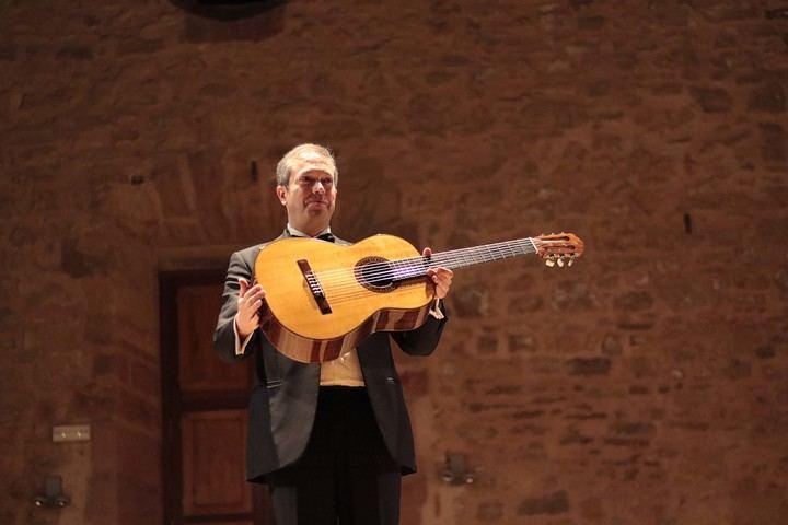 Dieci homenajea la música para guitarra española e italiana con una 'Romanillos'