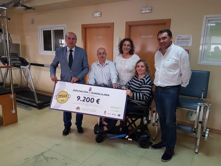 El presidente de la Diputación hace entrega del 'cheque' con la recaudación de la Paella Solidaria a la Asociación de Esclerosis Múltiple