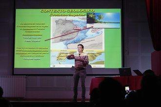 Un equipo de paleontólogos explica a los tamajoneros la importancia de los hallazgos habidos en el municipio