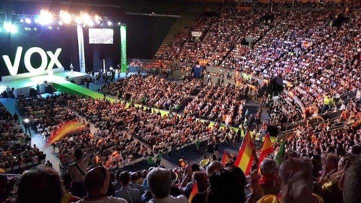 """VOX desborda Vistaleagre con 10.000 personas que reinvindican una """"España Viva"""" frente al independentismo"""
