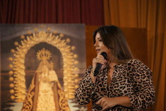 La cantante Maria Aguado encandila a los yunqueranos con sus temas en el acto del pregón de fiestas 2018 en Yunquera de Henares
