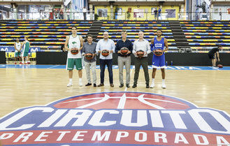 Visita del alcalde Antonio Román a los jugadores de la ACB que estos días juegan en el Multiusos de Guadalajara