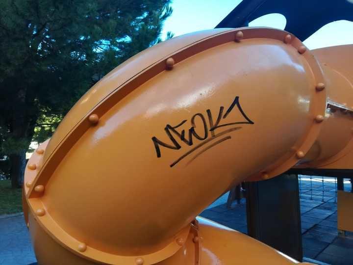 El juego de la calle La Barca, recién arreglado, ya vuelve a estar lleno de graffitis