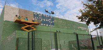En marcha obras de mejora en las pistas de pádel y frontón del Complejo La Dehesa de Quer
