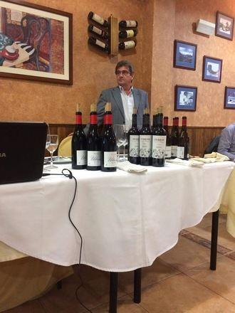 Vino y Gastronomía con el Camino de Santiago de fondo en el restaurante