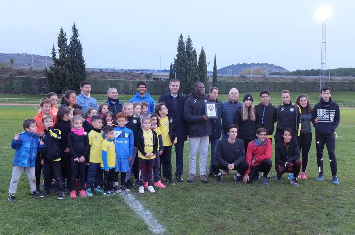 Antonio Román entrega una placa a Luis Felipe Méliz por su contribución al éxito del Mitin Internacional de Atletismo celebrado en julio