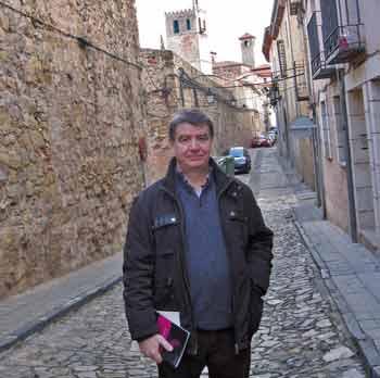 Este viernes Julio Robisco presenta en Sigüenza su último libro de poesía 'Azul y Tierra'