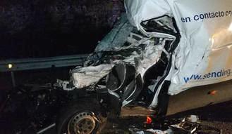 Aparatoso accidente entre una frugoneta y un camión en Alcolea del Pinar con un herido en estado crítico
