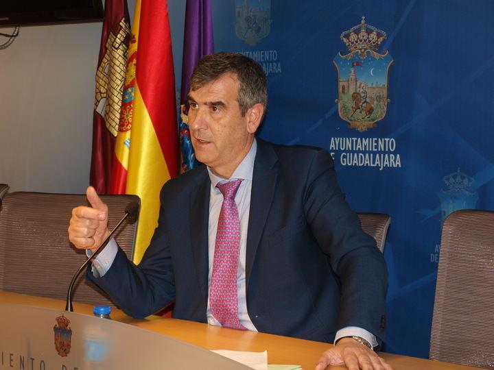 Román pide a la Junta soluciones para el Fuerte, el desdoblamiento de la carretera de Fontanar y el acceso al Hospital