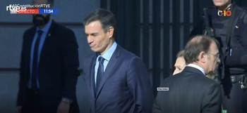 """Ovación y aplausos a los Reyes, Pedro Sánchez abucheado a la entrada del Congreso: """"¡Convoca elecciones!"""""""