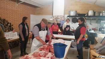 Tamajón revive la fiesta de la matanza del cerdo