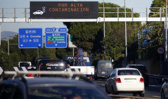 La alcaldesa Carmena prohíbe este miércoles circular por el centro de Madrid a vehículos sin etiqueta ambiental