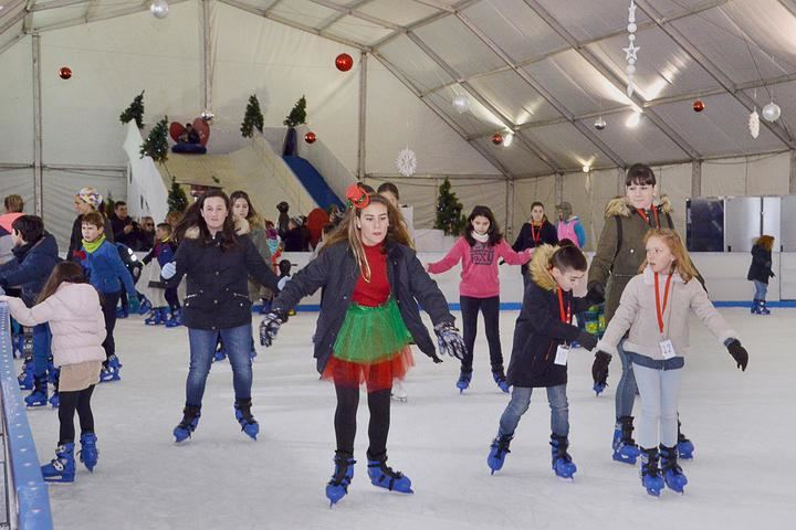 Más de 7.000 personas han patinado ya en la pista de hielo de Azuqueca