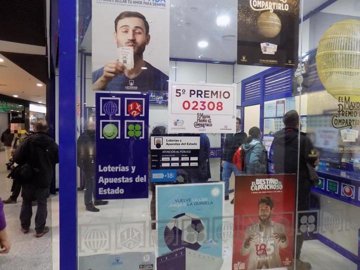 Parte del octavo quinto premio (02308) cae en la administración nº 15 del Ferial Plaza, el Gordo de Navidad (3.347) se olvida este año de Guadalajara