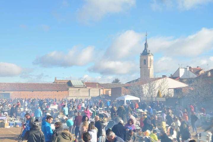 """1.500 personas se """"hermanan"""" en Yunquera de Henares es su """"V Fiesta de la Patata"""" batiendo todos los récords"""