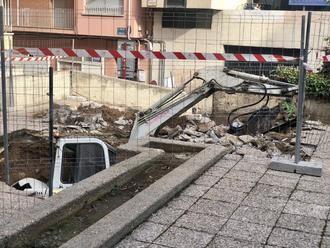 Una excavadora se hunde en un socavón en las obras de la plaza del Concejo