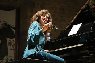 Carmen París emociona a Sigüenza con su Jota universal