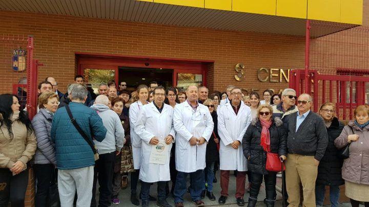 Los médicos de Atención Primaria y sus pacientes se concentran en la puerta de los centros de salud y consultorios de toda Castilla La Mancha
