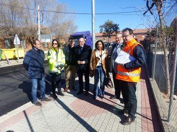 Latre visita en El Casar las obras de mejora de una de las carreteras con más densidad de tráfico de la provincia