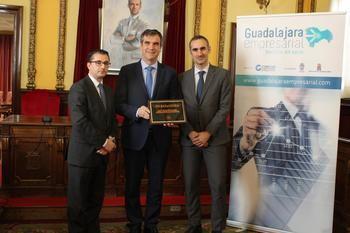 El alcalde Guadalajara recibe la plaza conmemorativa 'Invest in cities 2018'