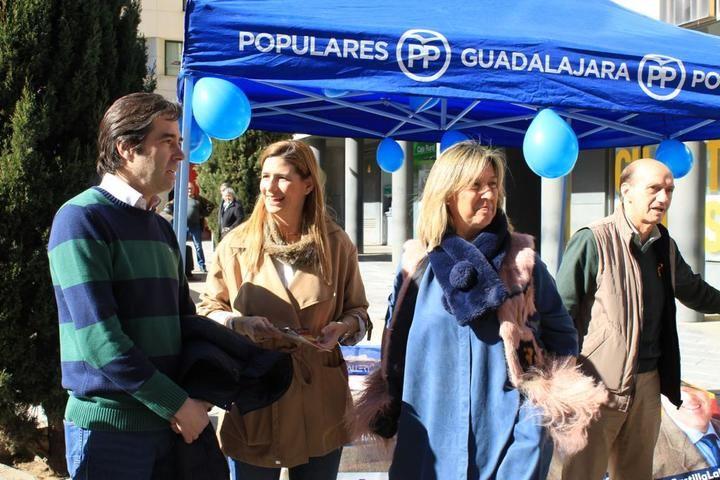 Agudo participa en la Mesa Informativa del PP de Guadalajara : 'Quedan 99 días para devolver a los castellano-manchegos un Gobierno serio y fiable'