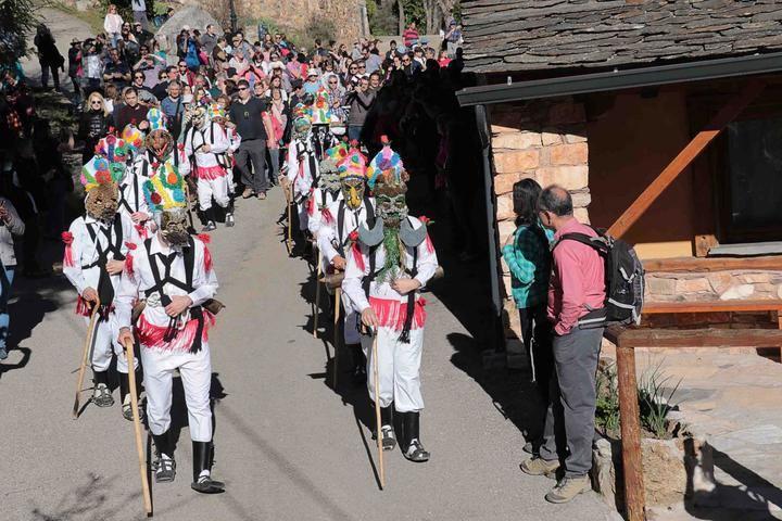 Botargas y mascaritas recorren Almiruete en una primavera anticipada