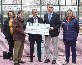 Entrega de cheques benéficos a Cáritas y a la Asociación Española contra el Cáncer