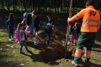 Román participa en una nueva plantación de árboles promovida por el Ayuntamiento de Guadalajara