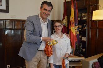 Antonio Román, alcalde de Guadalajara, felicita a la nadadora Marta Martínez por sus últimos triunfos