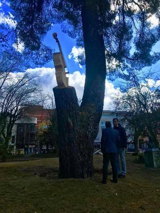 Un violonchelo esculpido en un tronco seco de La Concordia ya rinde homenaje a los músicos de Guadalajara
