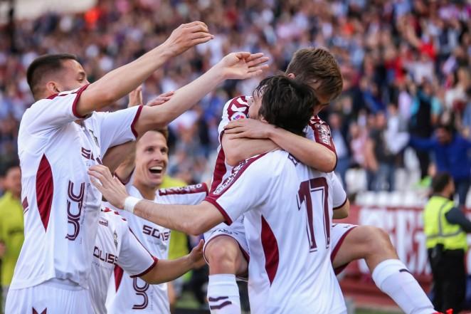 Un gran gol de Eugeni da la victoria a un Alba dominador ante una afición entregada