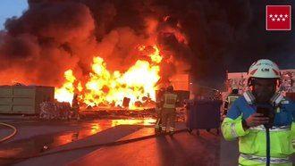 Incendio en una nave industrial de reciclaje en Alcorcón